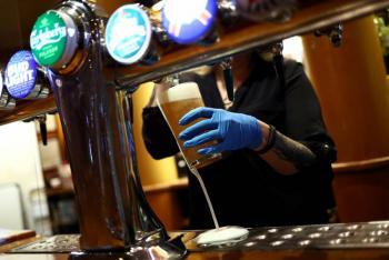 Reino Unido exigirá cierre de bares y restaurantes a las 22 horas por incremento de casos de COVID-19