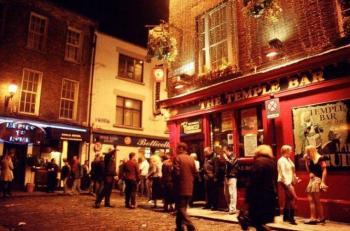 Cerrarán temprano bares y restaurantes de Inglaterra por rebrote de Covid-19