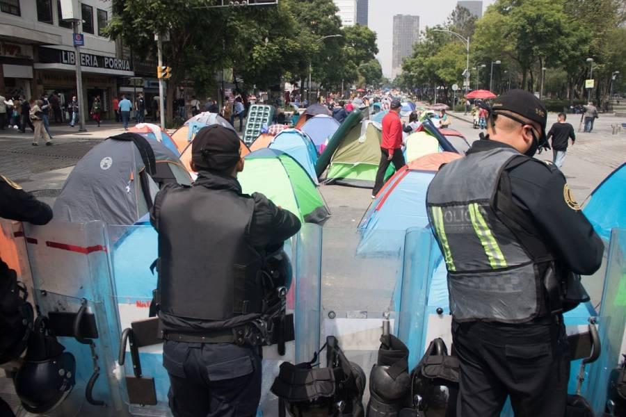 Policías se retiran de plantón del FRENAAA; manifestantes avanzan al Zócalo