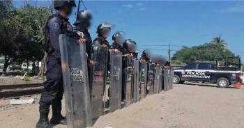 Dos policías lesionados tras enfrentamiento por bloqueo de vías en Caltzontzin, Michoacán