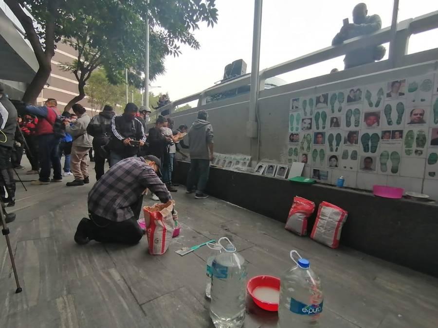 Padres de los 43 normalistas protestan en la FGR ; exigen esclarecimiento del caso