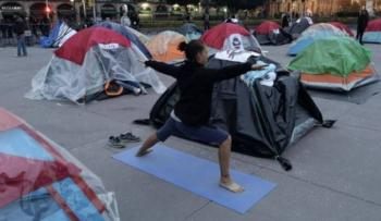 FRENA ocupa el Zócalo por segundo día; hacen yoga y otros rezan