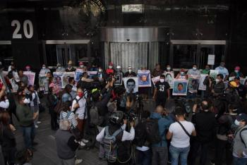 Padres de los 43 normalistas, consideran como una provocación la presencia de policías