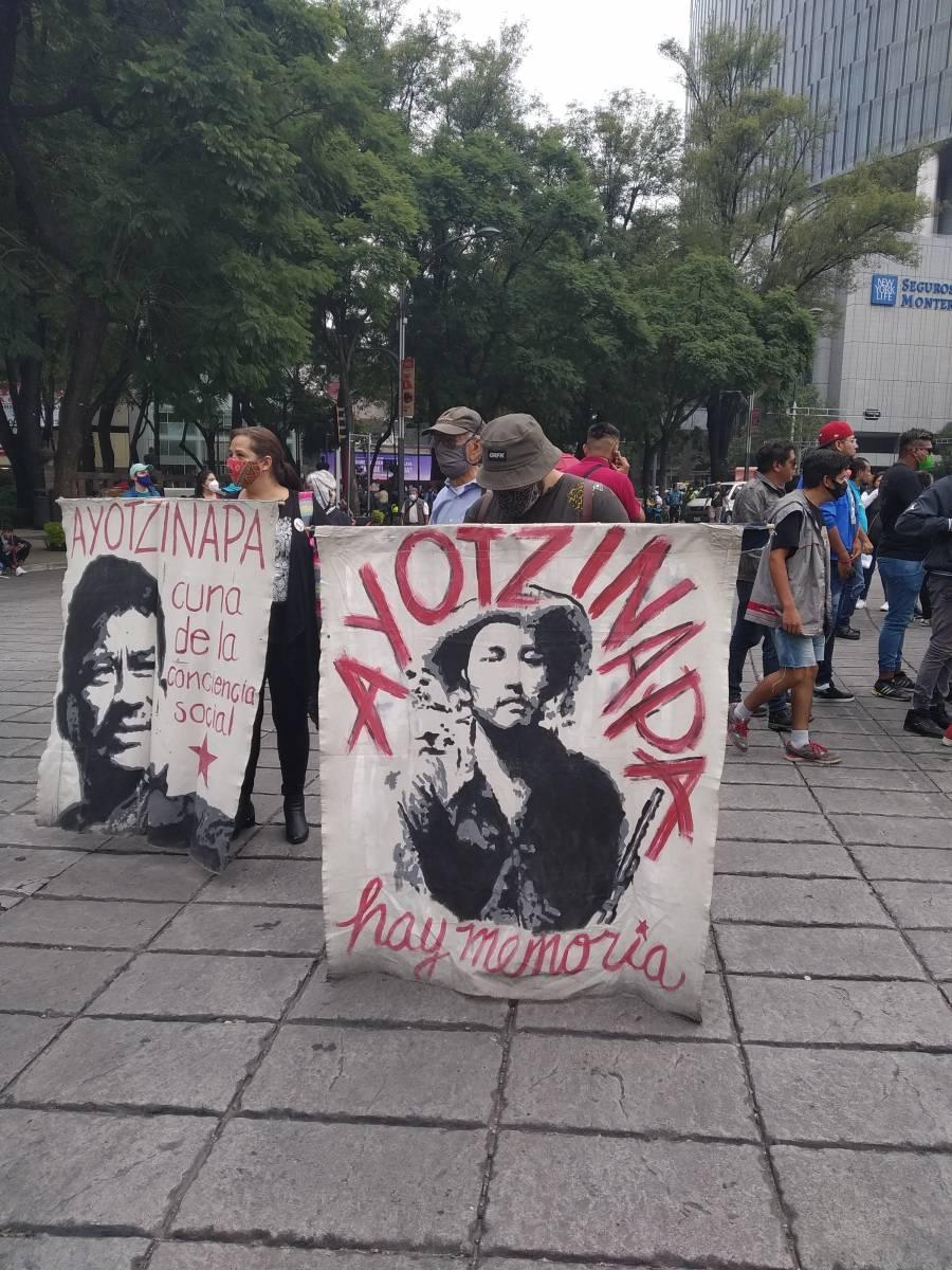 Padres de los 43 de Ayotzinapa marchan en CDMX por seis años de su desaparición