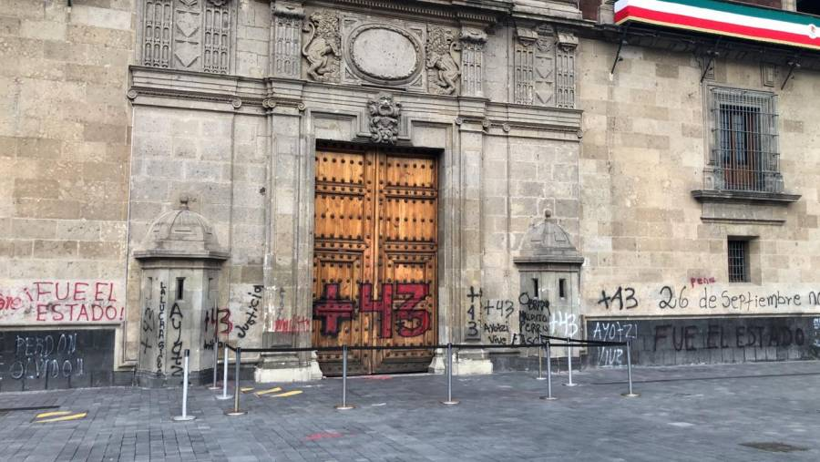 Gobierno capitalino contiene acciones de violencia de grupo ajeno en marcha por los 43 normalistas