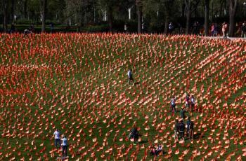 Madrid planta 53,000 banderitas  en honor a sus muertos