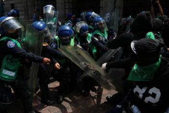 Feministas y policías se enfrentan en el Centro de la Ciudad de México