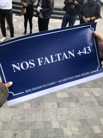 Personal de limpieza quita los nombres de los normalistas de las calles del centro de la CDMX
