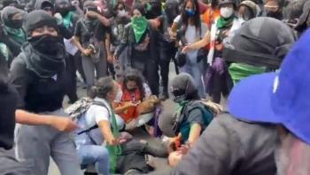 Feministas hieren a otra manifestante con bomba molotov