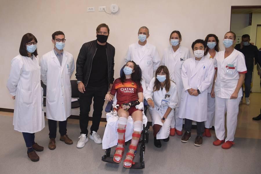 Visita Totti a futbolista que despertó del coma tras escuchar su voz
