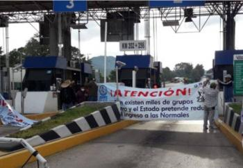 CNTE toma casetas de autopistas en Michoacán