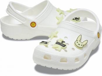 Crocs diseñados por el cantante Bad Bunny se agotan en minutos