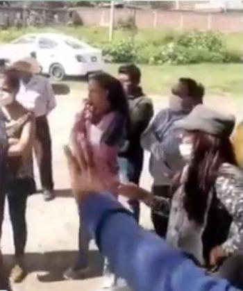 Mujer cachetea a alcalde de Tlaxcala y lo acusa de no cumplir sus compromisos