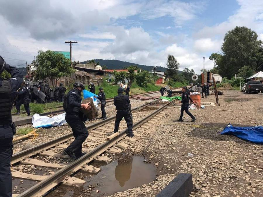 Se enfrentan policías y maestros en Michoacán