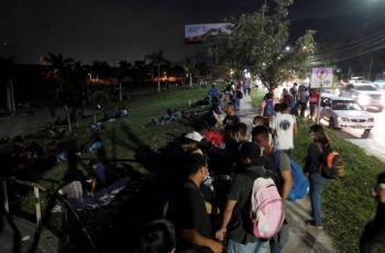 Pese a pandemia, migrantes hondureños inician caravana hacia EEUU