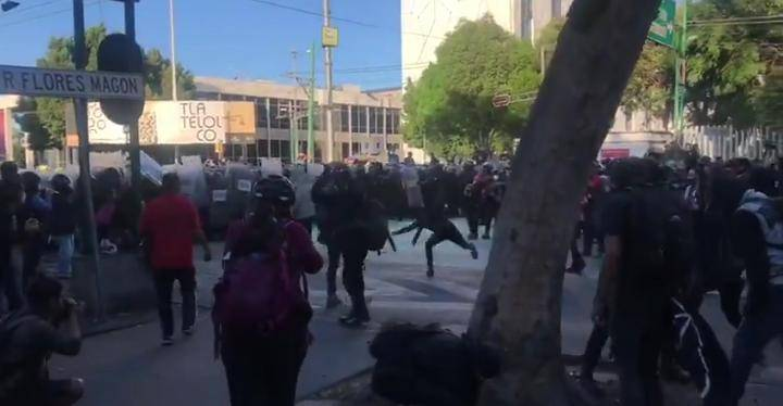 Casi para llegar a Tlatelolco, anarquistas agreden a policías y golpean civiles