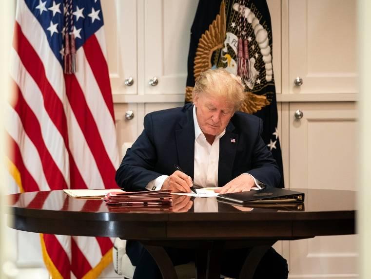 Casa Blanca difunde imágenes de Trump trabajando desde Walter Reed