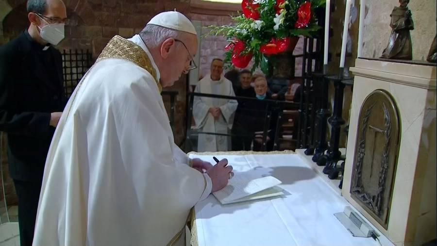 En la encíclica, Papa Francisco pide rehabilitar la sana política