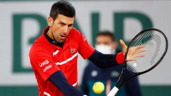 "Video: Novak Djokovic da ""pelotazo"" a juez de línea en Roland Garros"