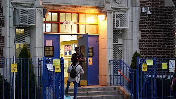 Nueva York cierra escuelas en zonas con brotes de coronavirus