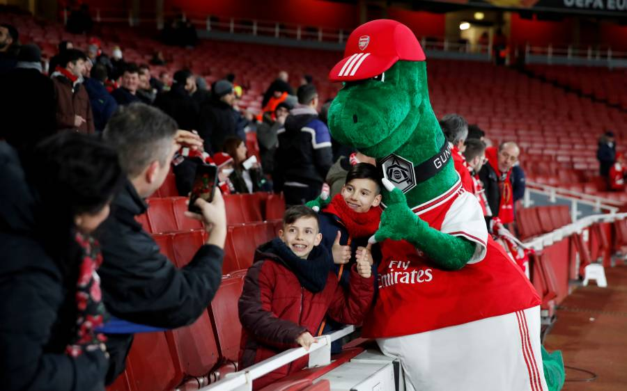 Ozil se ofrece a pagar el sueldo de Gunnersaurus, mascota del Arsenal