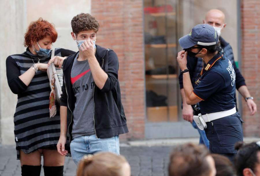 Italia considera hacer obligatorio el uso de cubrebocas al aire libre