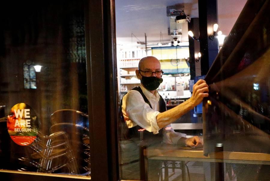 Bruselas cerrará cafés y bares por resurgimiento de casos de COVID-19