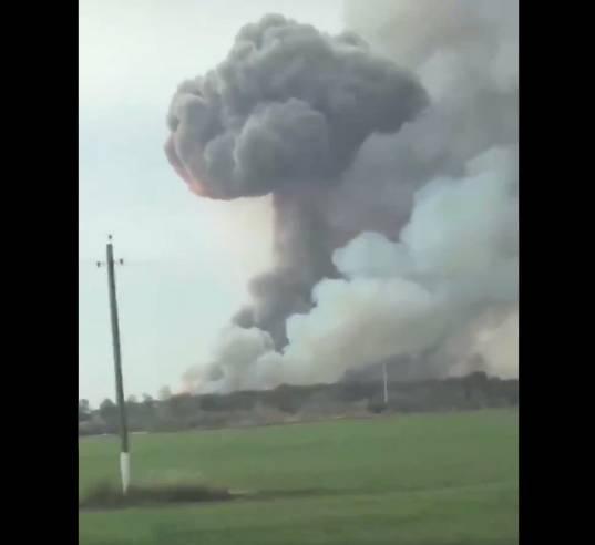 Desalojan a más de 2 mil personas por incendio en arsenal militar en Rusia