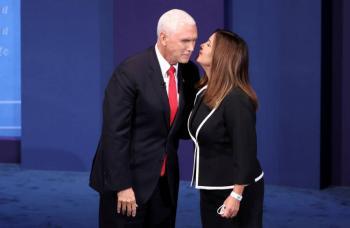 Harris y Pence hacen campaña en Arizona