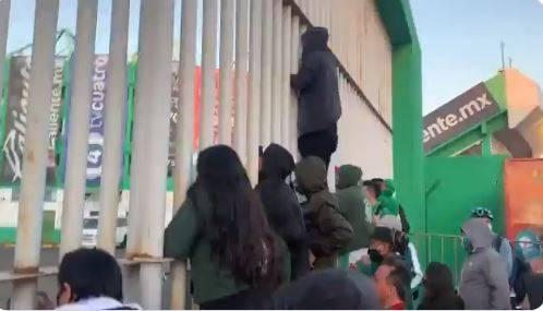 Aficionados del León entran y vandalizan el estadio Nou Camp