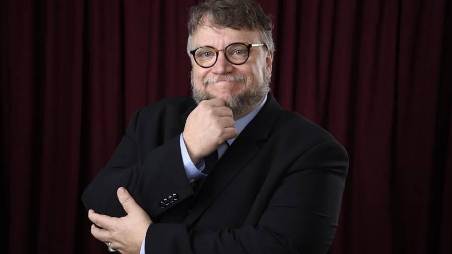 Guillermo del Toro propone a aerolínea regalar viajes a mexicanos sin recursos