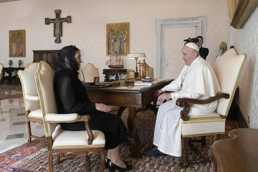 Gutiérrez Muller entrega carta de López Obrador al Papa Francisco