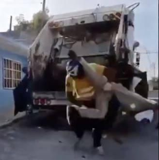 Recolectores de basura dieron un show de lucha libre, son buscados por la Triple A