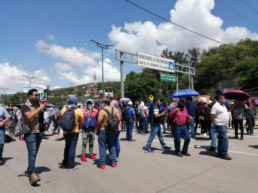 Bloquean maestros de la CETEG la Autopista del Sol en Chilpancingo