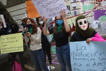 Protagonizan choque feministas y seguidoras de Muñoz Ledo