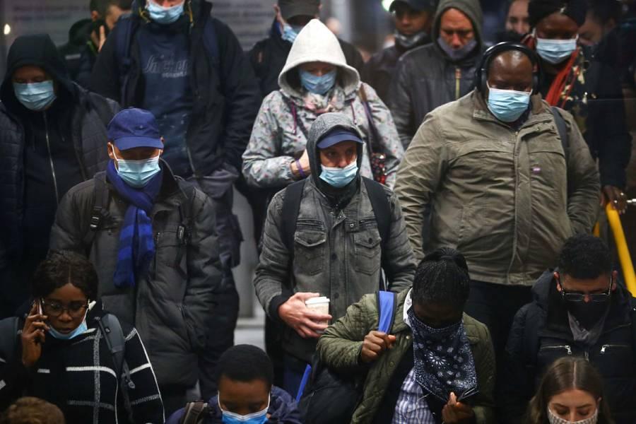 Londres prohíbe reuniones en espacios cerrados tras rebrote de Covid-19