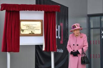 Reina Isabel reaparece en público tras confinamiento por Covid-19