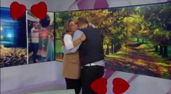 Video: Le piden matrimonio a conductora de Canal 11; critican a la televisora