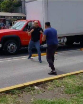 Video: Dos sujetos pelean afuera del Metro Patriotismo