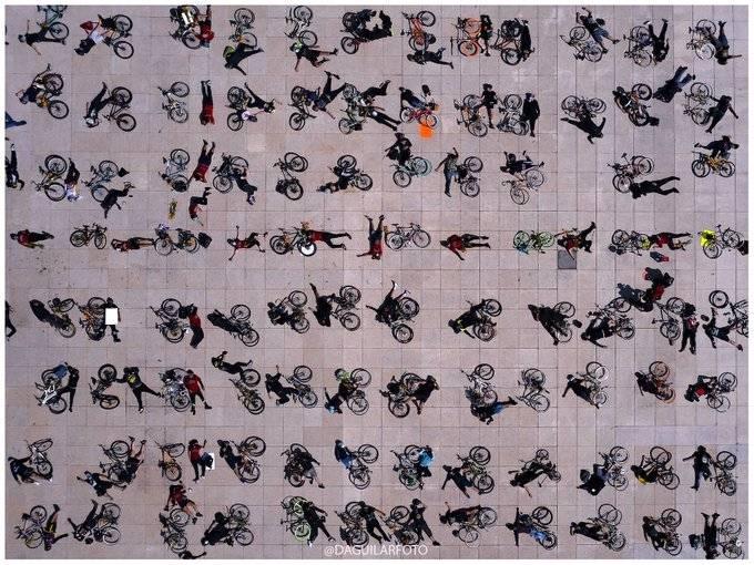 Realizan performance en el Monumento a la Revolución por ciclistas muertos en accidentes viales