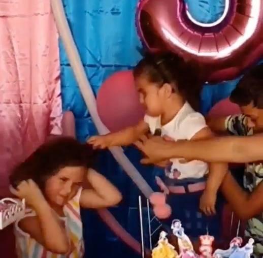 Niña de 3 años desgreña a su amiguita por soplarle a sus velas del pastel