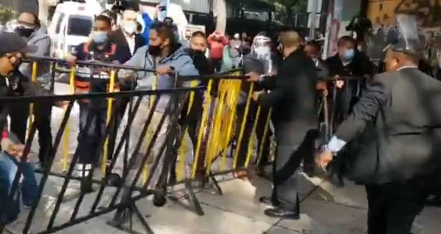 Reportan trifulca entre seguridad del Senado y manifestantes por desaparición de fideicomisos
