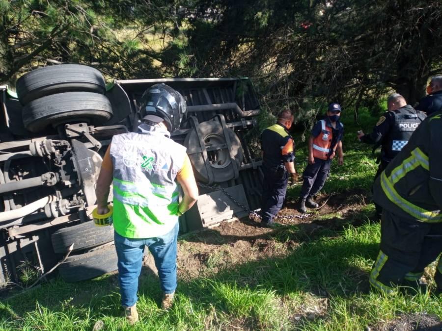 Al menos 14 lesionados tras volcadura de camión sobre la carretera México-Cuernavaca