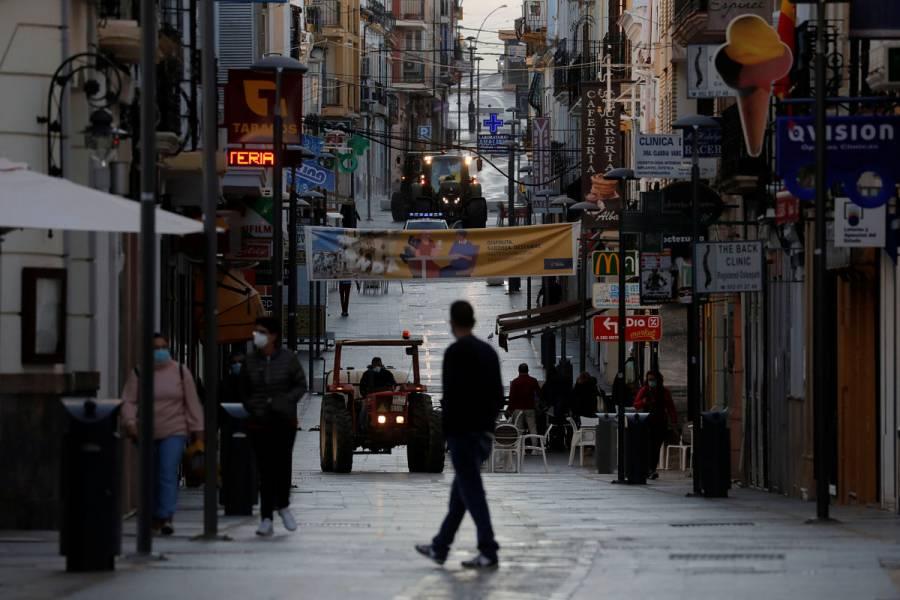 España contempla decretar toques de queda por rebrote de Covid-19