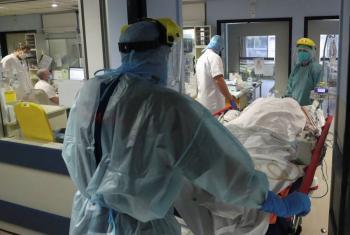 Para probar vacunas, en Reino Unido podrían infectar a voluntarios de Covid-19