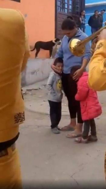 Video: Por dar serenata a su mamá, un niño ofrece sus canicas y cinco pesos