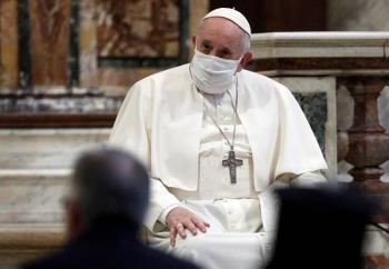 El Papa Francisco usa cubrebocas por primera vez en evento público