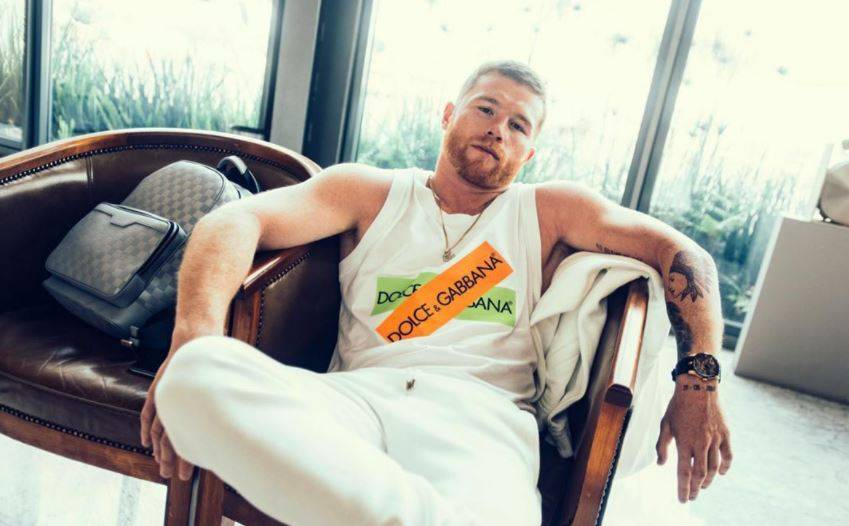 Canelo Álvarez presume lujosas camionetas y tenis de 50 mil pesos