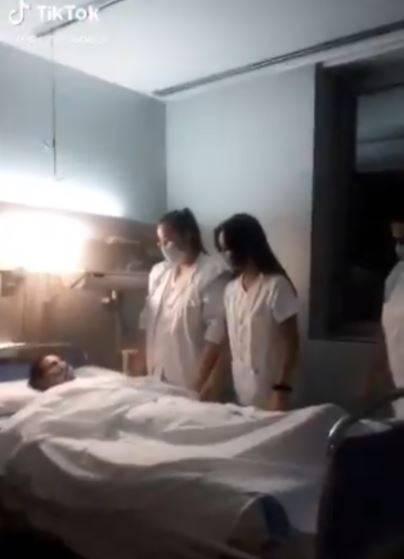 """Video: En TikTok, enfermeras """"se burlan de los muertos"""""""