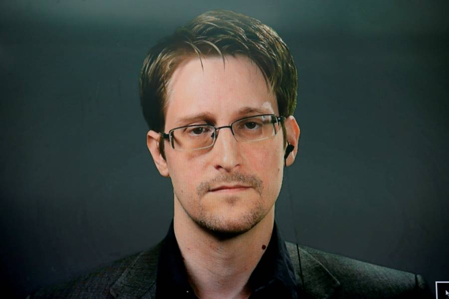 Otorga Rusia residencia  permanente a Snowden
